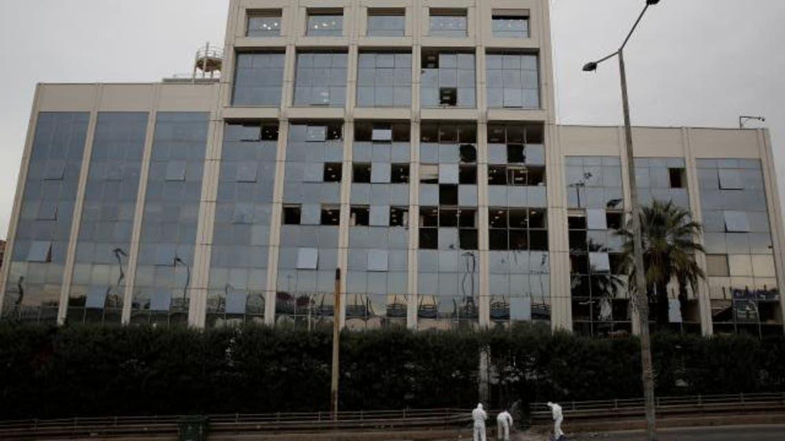 منابع خبری از یک انفجار بزرگ روز دوشنبه 17 دسامبر در نزدیکی ساختمان یک شبکه تلویزیونی در آتن پایتخت یونان خبر دادند.   به گزارش خبرگزاری رویترز، این انفجار ساعت 14:35 به وقت محلی در نزدیکی شبکه تلویزیونی متعلق به گروه اسکای یکی از بزرگترین شبکههای تلویزیونی یونان رخ داده است. مقامات یونان حمله به این تلویزیون را «حمله به دموکراسی» عنوان کردند.  وزیر حفاظت از شهروندان یونان، اولگا گرواسیلی از محل وقوع انفجار با شبکه تلویزیونی اسکای صحبت کرد و گفت: «این انفجار حمله به دموکراسی است از دموکراسی حفاظت میشود، مورد تهدید قرار نمیگیرد.»  براساس این گزارش، دو گروه رسانهای یونان، قبل از این وقوع انفجار، چند تماس تهدیدآمیز دریافت کرده بودند.  در همین حال، پلیس یونان اعلام کرد که پنج کیلوگرم مواد منفجره به یک وسیله کوچک متصل بوده است، در کوچه باریکی چسبیده به ساختمان تلویزیون اسکای جاسازی شده بود.  هنوز شخصی یا گروهی مسئولیت این حمله را برعهده نگرفته است.
