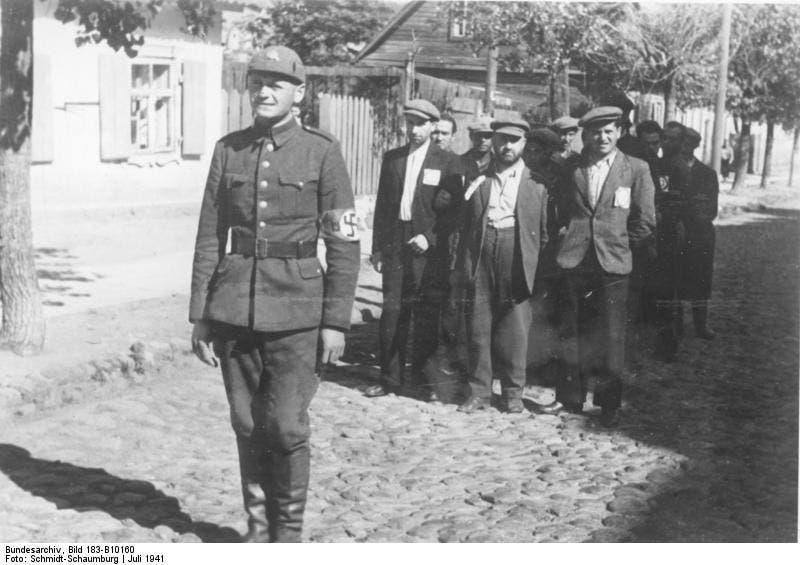 صورة لإحدى عمليات اعتقال اليهود من قبل النازيين بليتوانيا