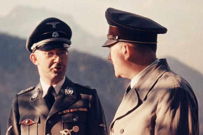على يمين الصورة أدولف هتلر و إلى اليسار هنريش هملر