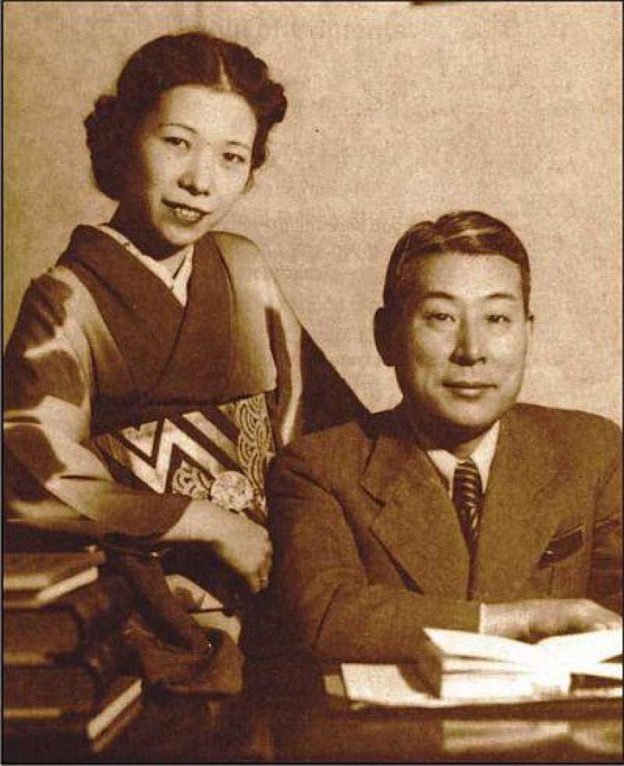 صورة للدبلوماسي الياباني تشيونه سوغيهارا رفقة زوجته يوكيكو