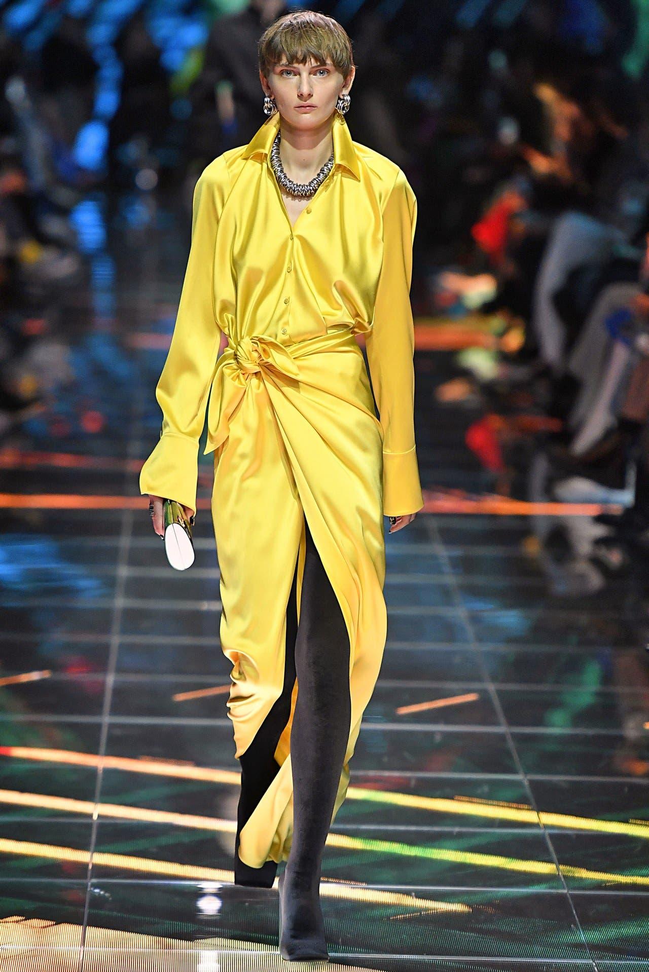 الثوب الأصفر كما ظهر في عرض بالنسياغا