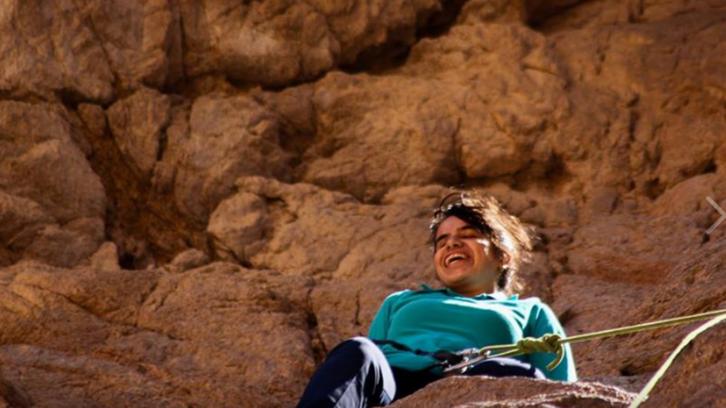 مصرية كفيفة تتسلق الجبال وتغوص في البحار تروي قصتها