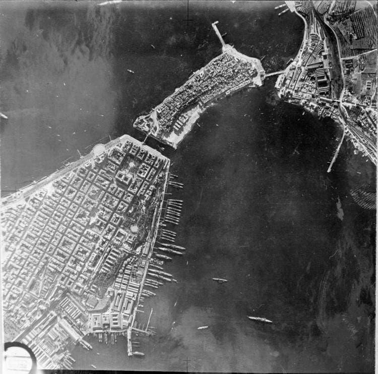 صورة لميناء تارانتو التقطت من قبل طائرات الإستطلاع البريطانية