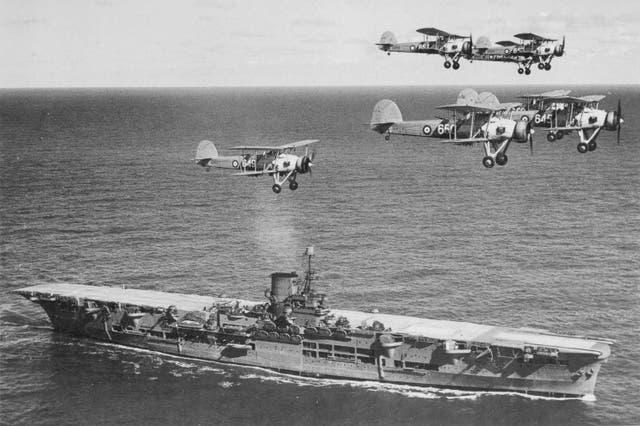 صورة للطائرات البريطانية خلال عملية اقلاعها من حاملة الطائرات
