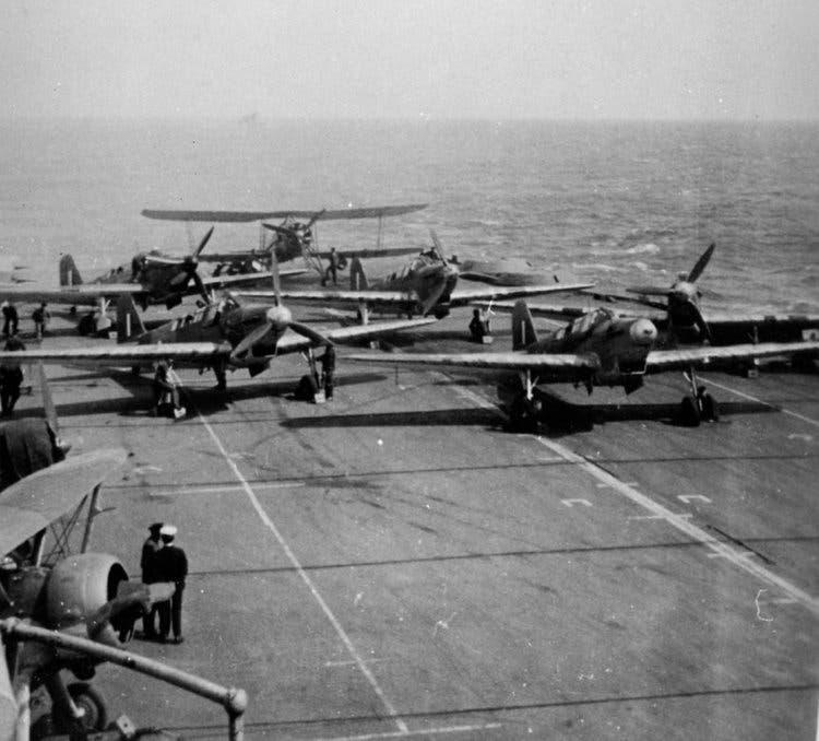 جانب من الطائرات البريطانية من نوع فيري سوردفيش على متن حاملة الطائرات