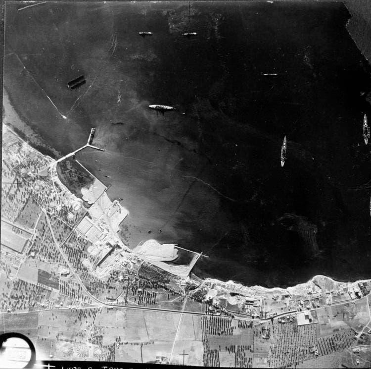 صورة جوية لميناء تارانتو التقطت من قبل طائرات الإستطلاع البريطانية قبل بداية العملية العسكرية