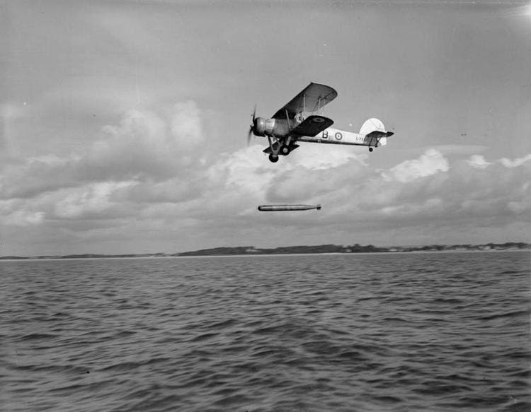 صورة لإحدى الطائرات من نوع فيري سوردفيش خلال تجربة اطلاقها لطربيد
