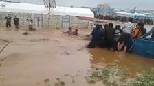 فيديو لطفل سوري ينجو من سيل جارف في مخيمات إدلب