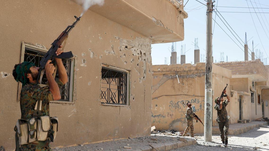 عناصر من وحدات حماية الشعب الكردية في الرقة (في 12 يونيو 2017- رويترز)