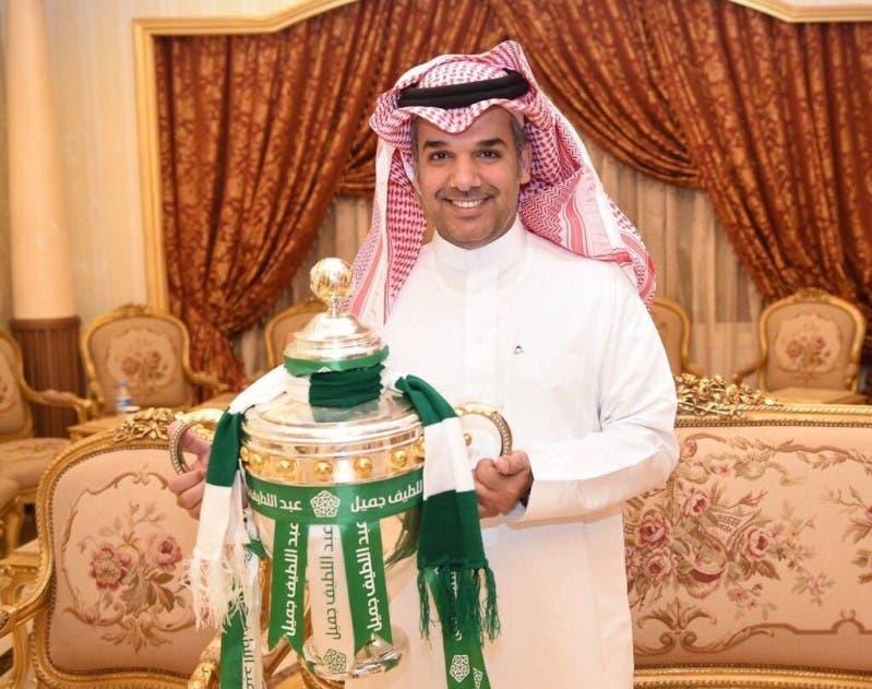 النفيعي حاملاً كأس بطولة الدوري السعودي