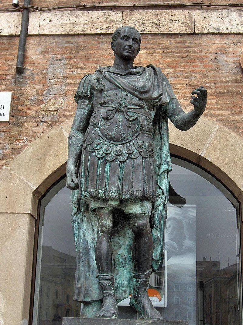 تمثال برونزي ليوليوس قيصر بإيطاليا