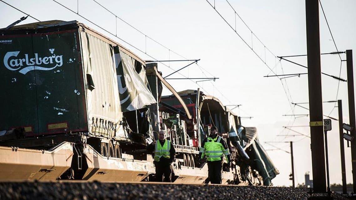 برخورد سقف یک قطار باری به یک قطار مسافربری در دانمارک، ۶ کشته و ۱۶ زخمی بر جا گذاشت.      مطالب یورونیوز را در واتساپ دریافت کنید  پلیس دانمارک روز چهارشنبه اعلام کرد برخورد یک جسم با قطار مسافربری باعث وقوع این حادثه شده است.  تبلیغات     رسانههای محلی گزارش میکنند در زمان وقوع حادثه، باد شدید سقف قطار باری در حال حرکت روی پل گراند بلت را از جا کنده و به قطار مسافری که در جهت مخالف در حال حرکت بود کوبید.  پل گراند بلت دو جزیره زلاند و فونن در دانمارک به هم پیوند میدهد.