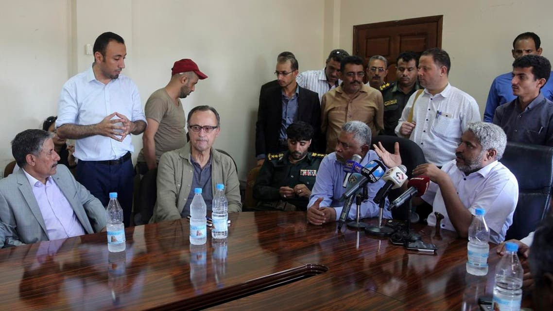 Retired Dutch general Patrick Cammaert (C), who heads a United Nations team tasked with monitoring a ceasefire between the Iranian-aligned Houthi group and Saudi-backed government forces in Yemen's Hodeidah, meets officials during his visit to the Red Sea port city of Hodeida on December 24, 2018. (AFP)
