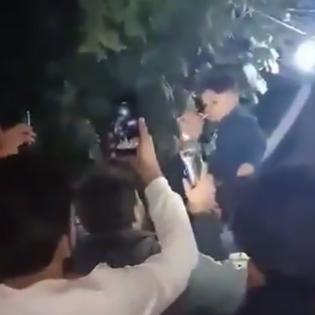 فيديو صادم.. عراقي يسقي طفله الكحول و