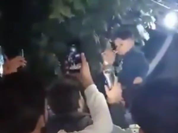 """فيديو صادم.. عراقي يسقي طفله الكحول و""""الشؤون"""" تتحرك"""