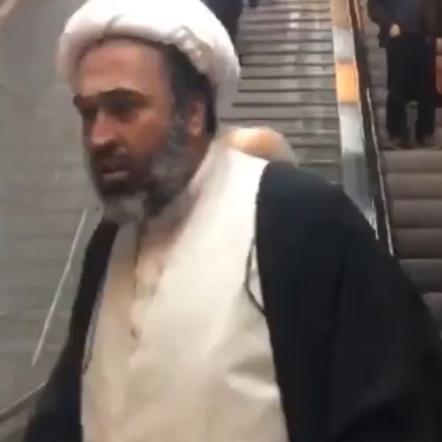 شاهد رجل دين  يلاحق امرأة في طهران ويصيح بها معنفاً