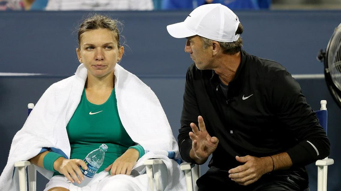 Simona Halep confers with her coach Darren Cahill during the Western & Southern Open in Mason, Ohio. (File photo: AFP)