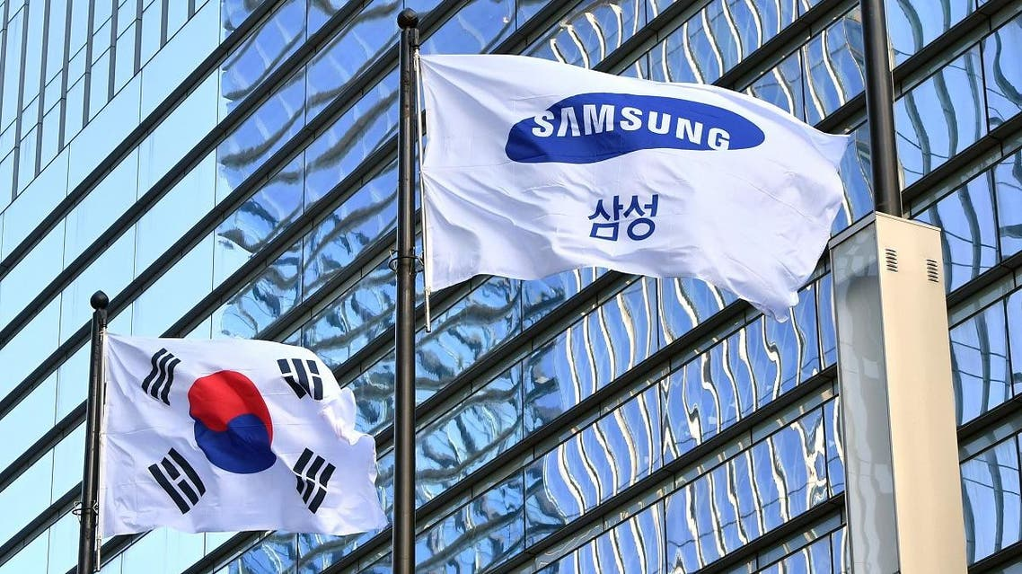 A Samsung flag (R) and South Korean national flag flutter outside the Samsung building in Seoul on January 8, 2019. (AFP)