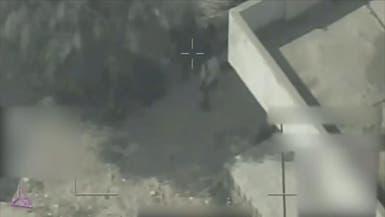 فيديو.. مخزن أسلحة وسط البيوت ومسلحون حوثيون داخل مدرسة