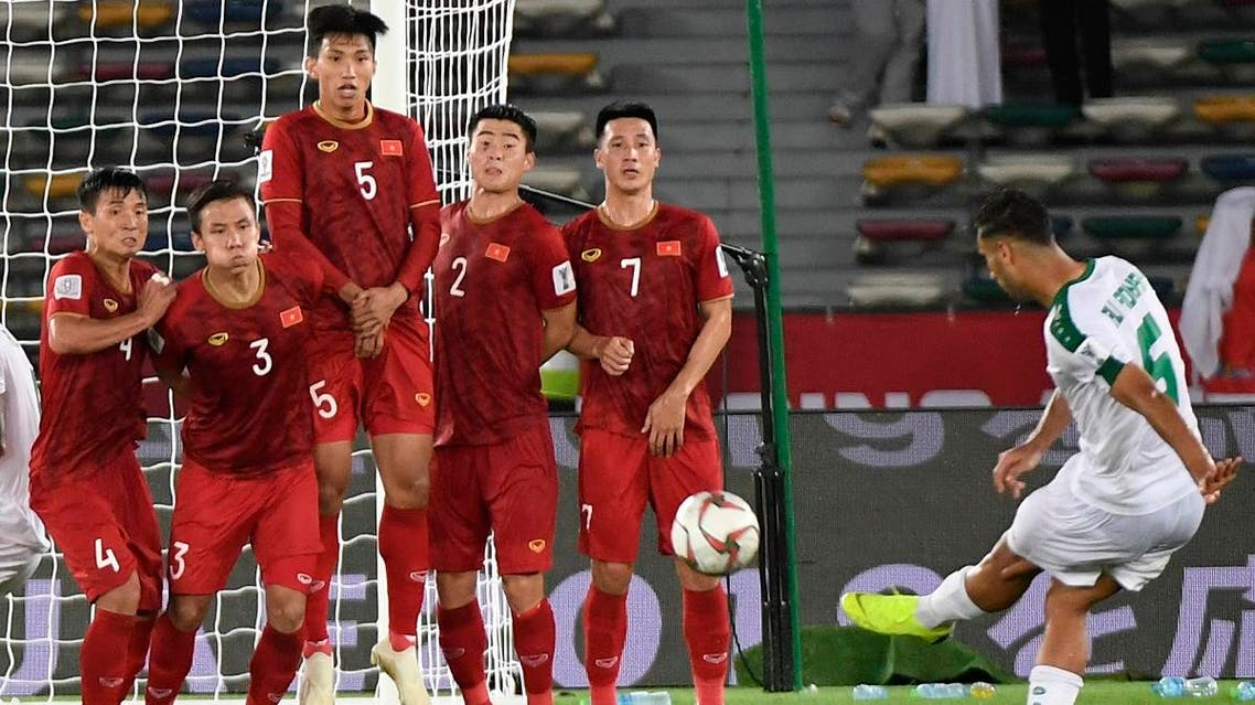 Iraq's defender Ali Adnan (1st-R) kicks a free kick and scores during the 2019 AFC Asian Cup group D match between against Vietnam in Abu Dhabi on January 8, 2019.  (AFP)