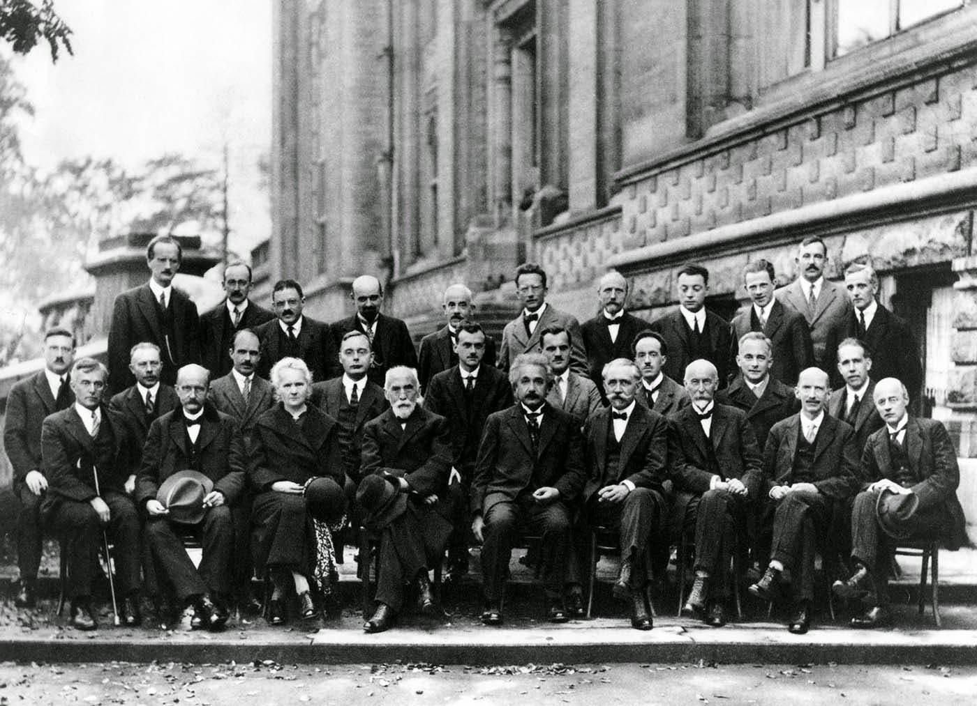 صورة للعلماء المجتمعين خلال مؤتمر سولفاي سنة 1927