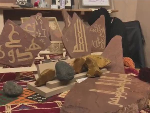شاهد.. فتيات العلا يحولن الصخور إلى هدايا لضيوف طنطورة