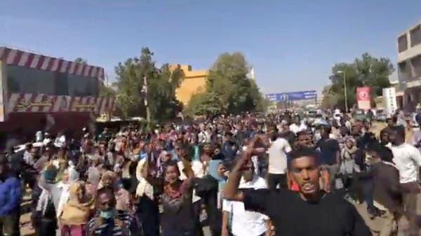 أشخاص يشاركون باحتجاجات في أم درمان بالسودان الأربعاء