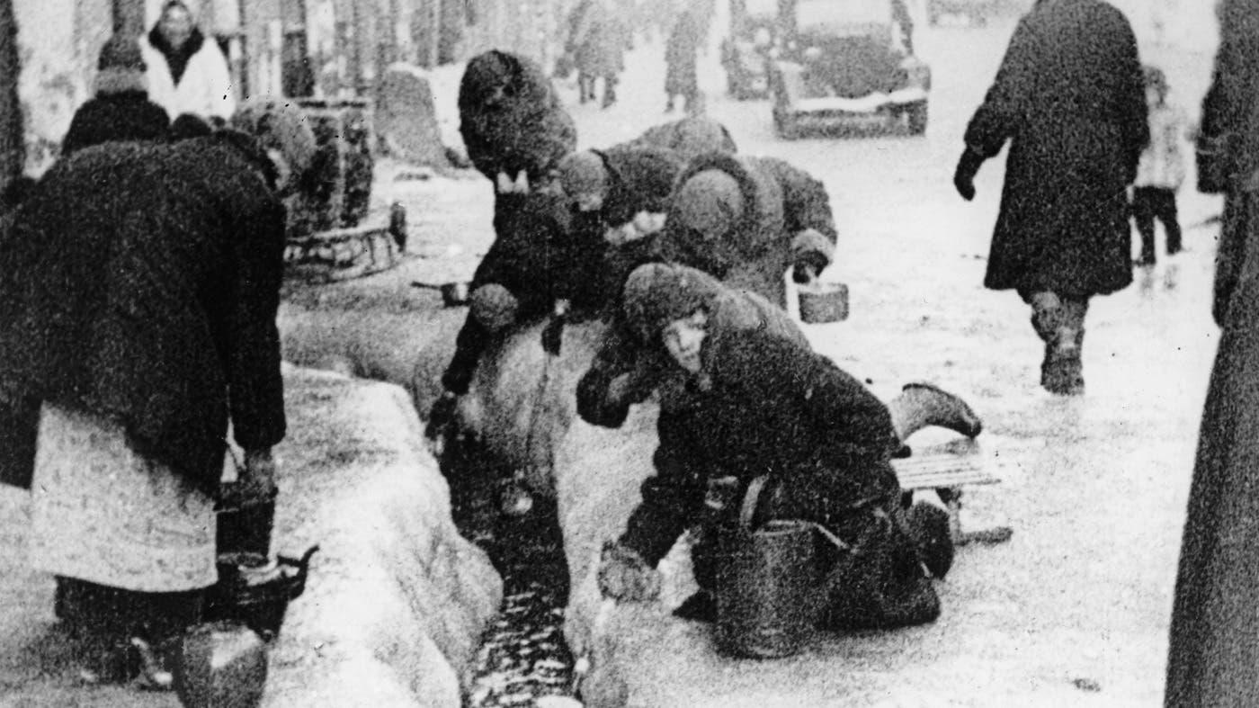 صورة لعدد من أهالي لينينغراد وهم بصدد الحصول على بعض المياه للشرب من مجاري مياه الصرف الصحي