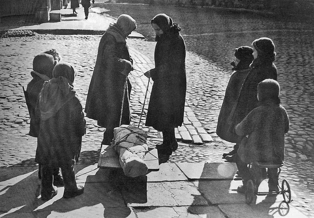 صورة لمدنيين سوفييت وهم بصدد نقل جثة أحد القتلى خلال حصار لينينغراد