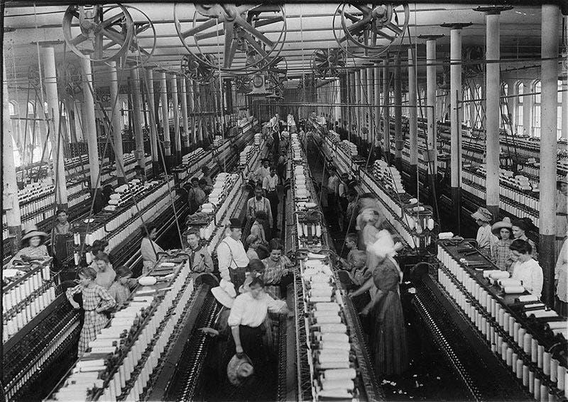 صورة التقطت داخل أحد مصانع النسيج بالولايات المتحدة الأميركية مطلع القرن العشرين