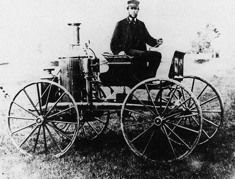 صورة لسيلفستر هاوارد روبر وهو إلى جوار إحدى عرباته