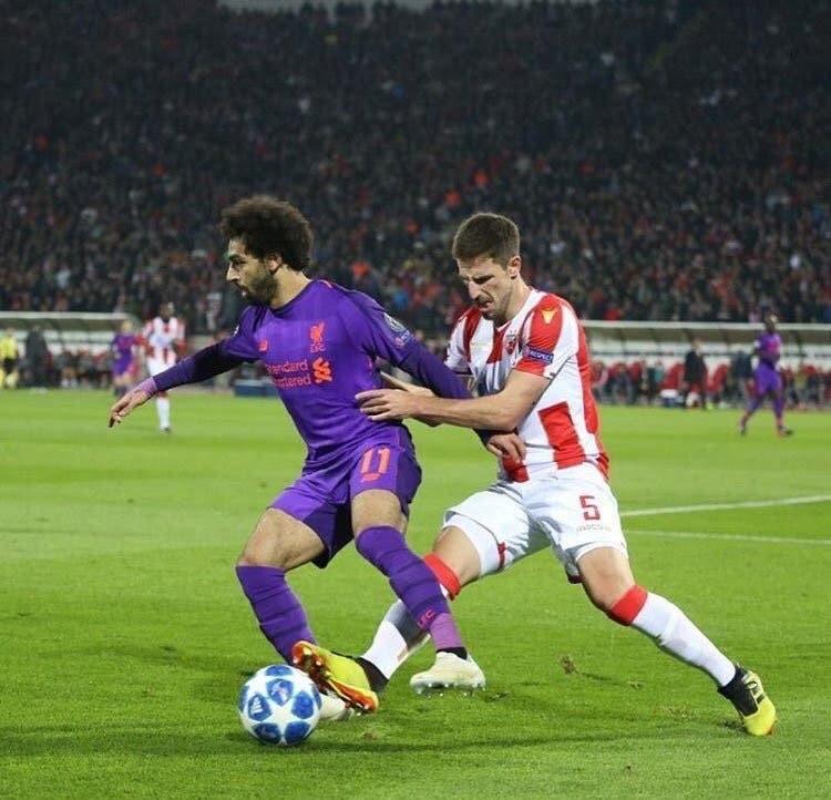 ديجينك مراقباً صلاح خلال مباراة الفريقين في دوري أبطال أوروبا