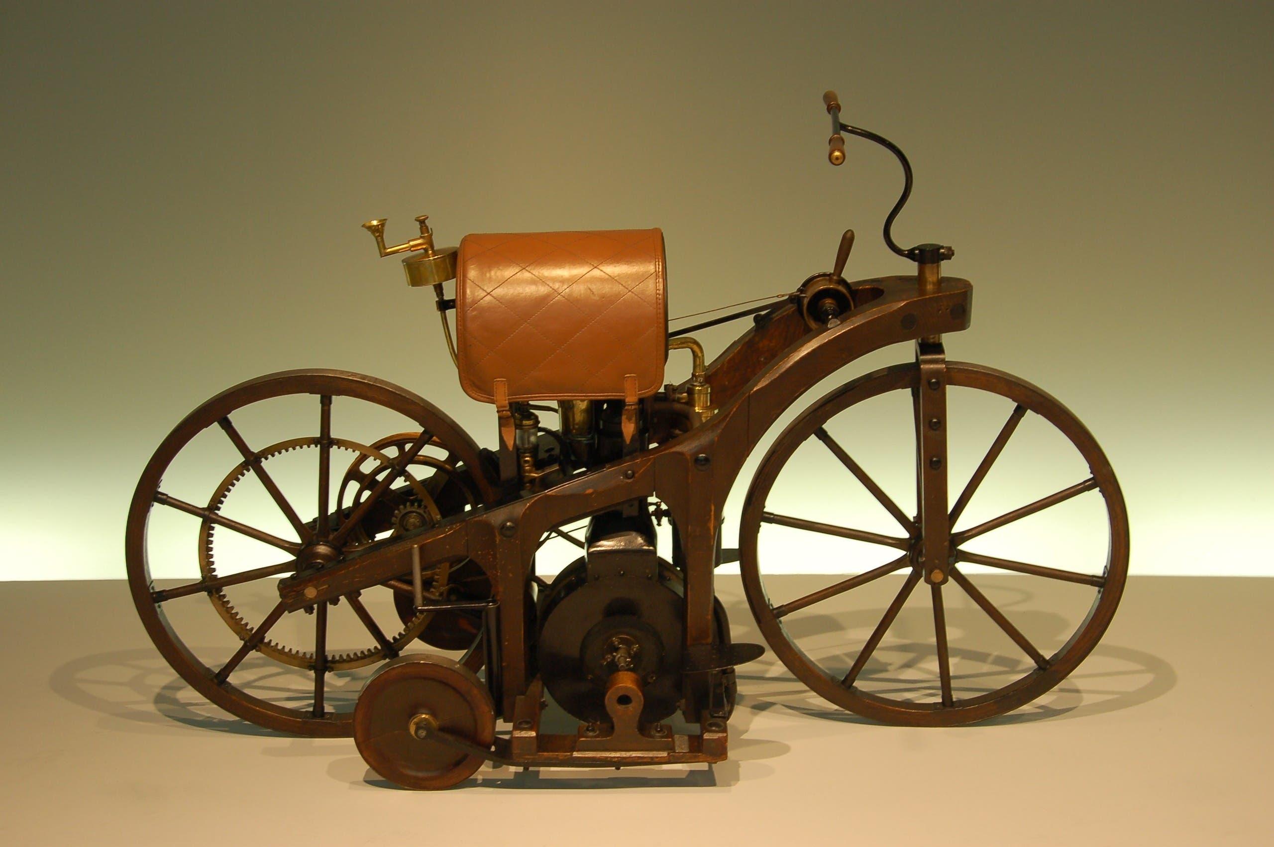 صورة فوتوغرافية معاصرة لنسخة من الدراجة النارية Daimler Reitwagen