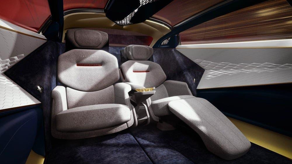 مقاعد وثيرة في صالون سيارة استون مارتن لاغوندا فيجن