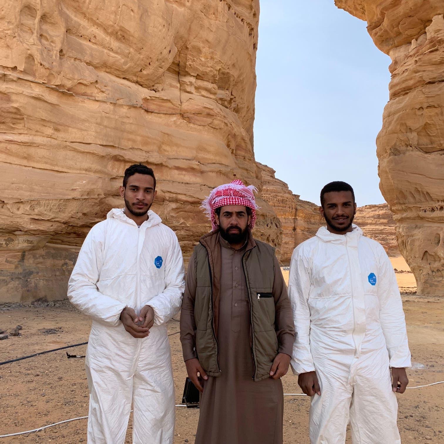 """شاهد.. سعوديون """"يجمّلون"""" جبال العلا"""
