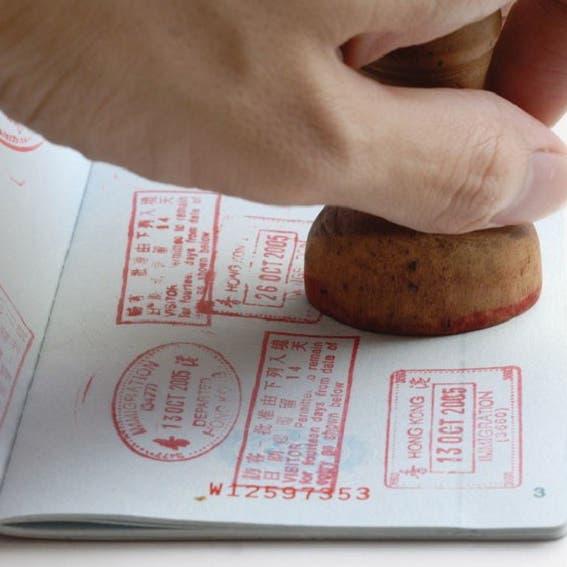 الإمارات توضح حقيقة القيود على التأشيرات من 13 دولة