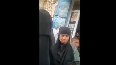 فيديو مؤلم.. نازحة يمنية تحاكم لصوص المساعدات الإنسانية