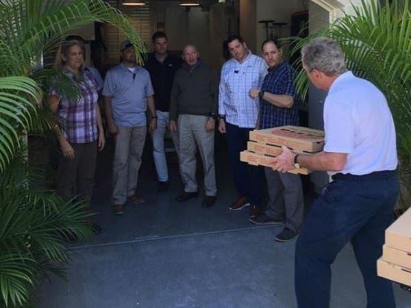 شاهد جورج بوش يقدم البيتزا للموظفين.. بسبب الإغلاق