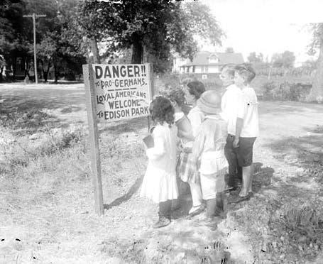 صورة تبرز دعاية لمنع الأميركيين ذوي الألمانية من دخول أحد المنتزهات