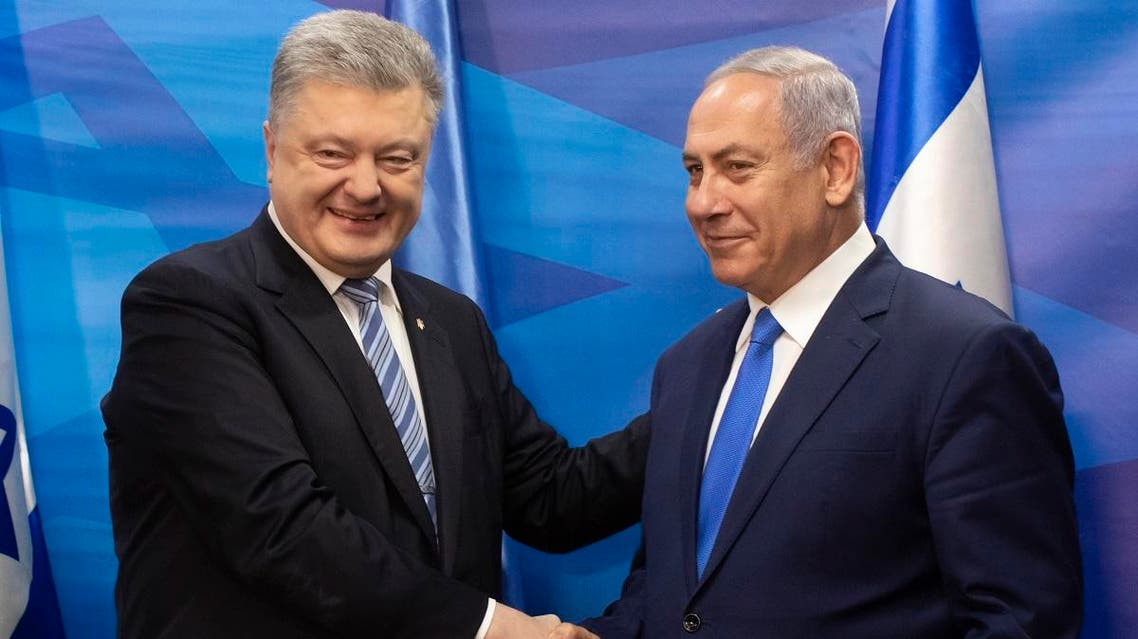 Ukrainian President Petro Poroshenko (L) and Israeli Prime Minister Benjamin Netanyahu shake hands after the signing of an agreement in the Israeli Prime Minister's office in Jerusalem, on January 21, 2019. (AFP)
