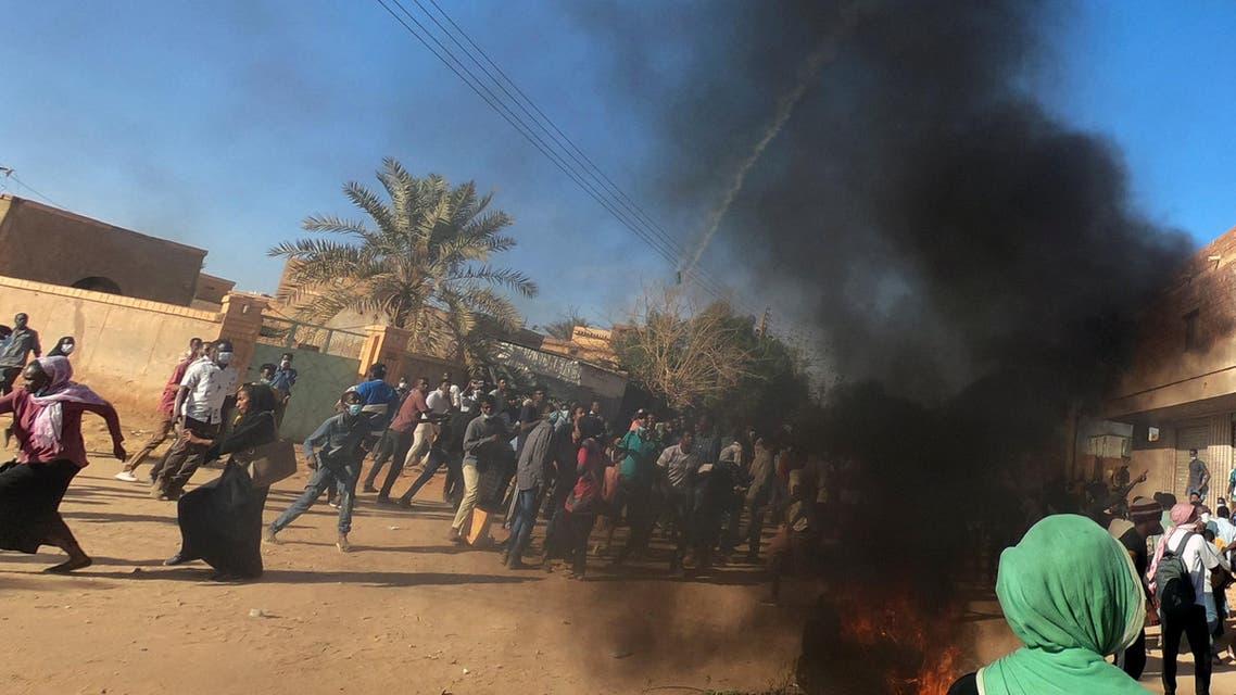 الشرطة تطلق الغاز المسيل للدموع على محتجين في الخرطوم يوم 20 يناير