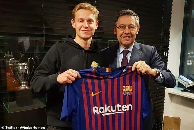 رئيس برشلونة مع فرينكي دي يونغ