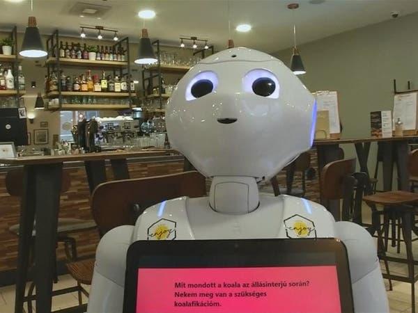 روبوتات بمقهى في بودابست تقدم الطعام وترقص