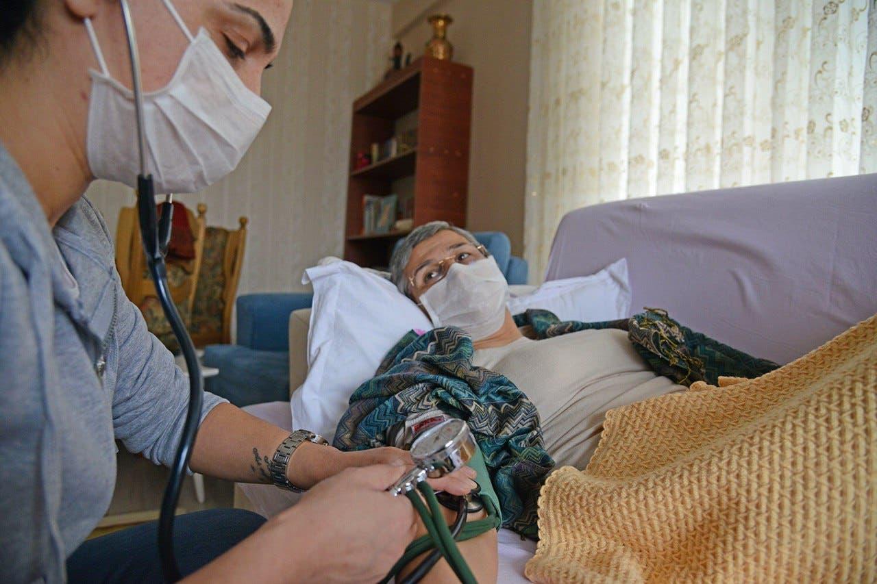 النائبة المضربة عن الطعام وممرضتها أثناء مراقبة حالتها الصحية
