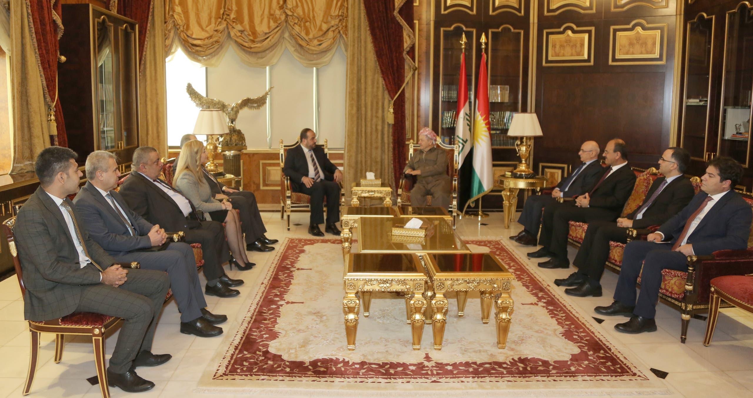 البارزاني خلال اجتماعه مع الوفدين في قصره بصلاح الدين