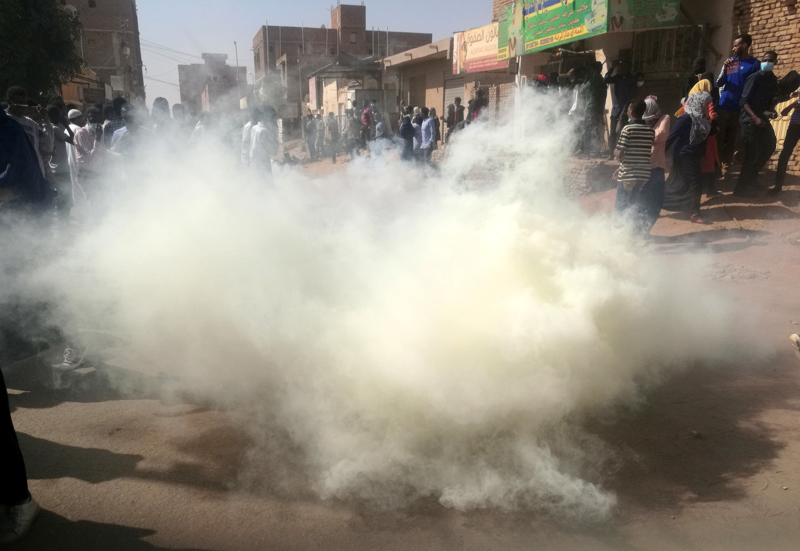 شرطة مكافحة الشغب تطلق الغاز المسيل للدموع على متظاهرين في السودان