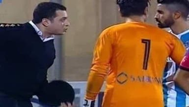 ضابط يقتحم ملعبا خلال مباراة في مصر.. فما السبب؟