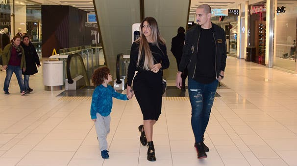 مايكون مع زوجته أوروسولا وابنه
