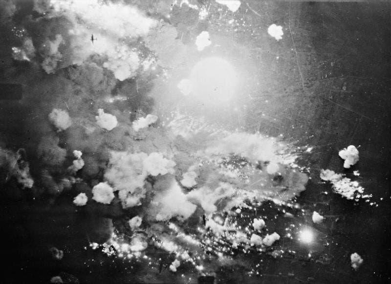صورة التقطت من قبل احدى الطائرات البريطانية لعملية قصف بفوتسهايم