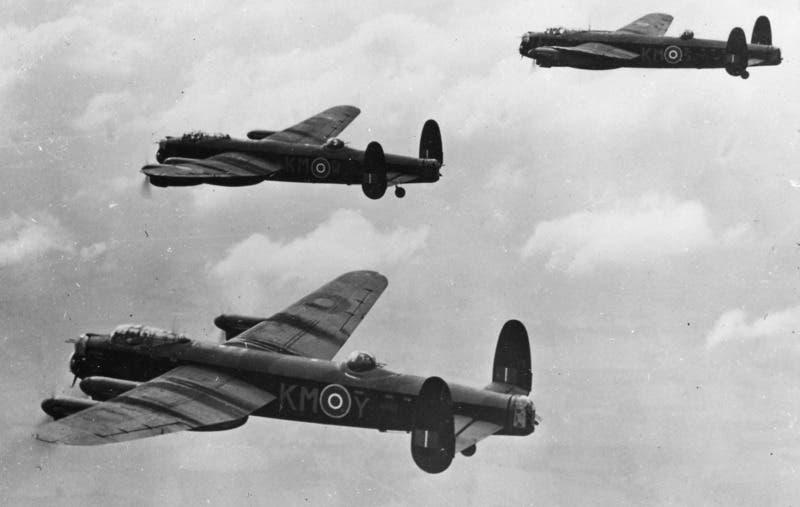 صورة لعدد من طائرات أفرو لانكستر بالحرب العالمية الثانية